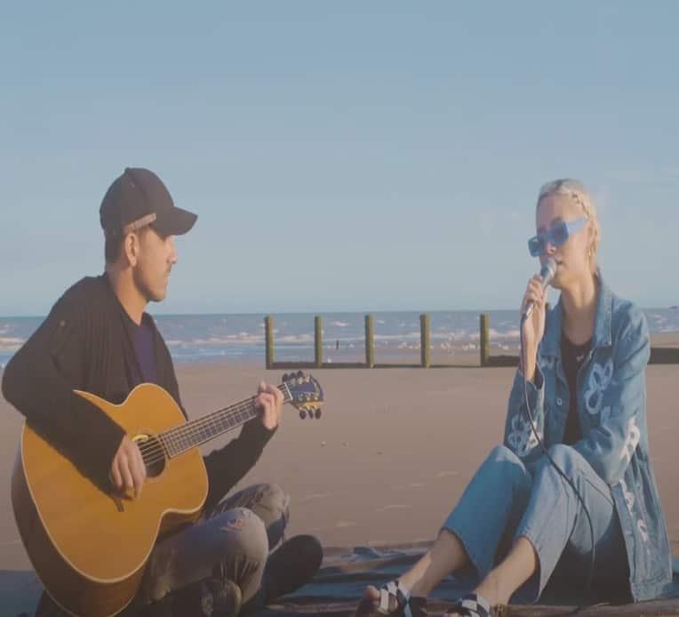 """nina nesbitt and chris leonard performing """"Summer Fling"""""""